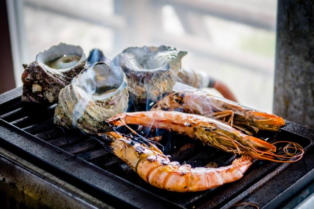 新鮮なサザエと海老を目の前で焼きます