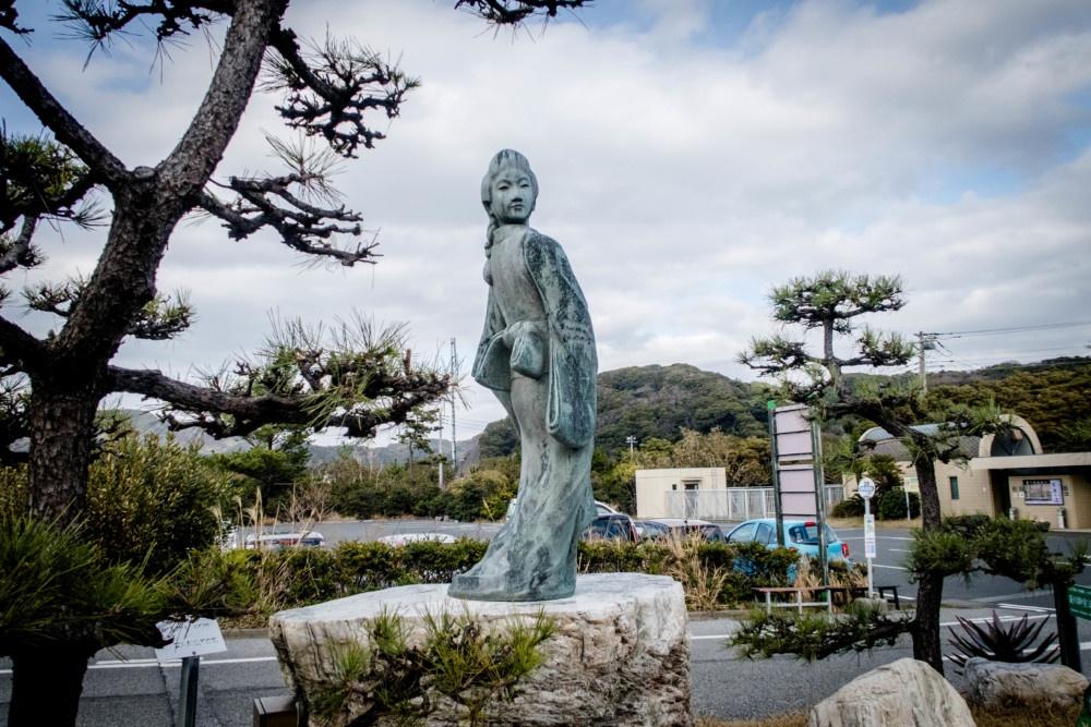 元祖浮世絵師「菱川師宣(ひしかわもろのぶ)」の作品「見返り美人」を像