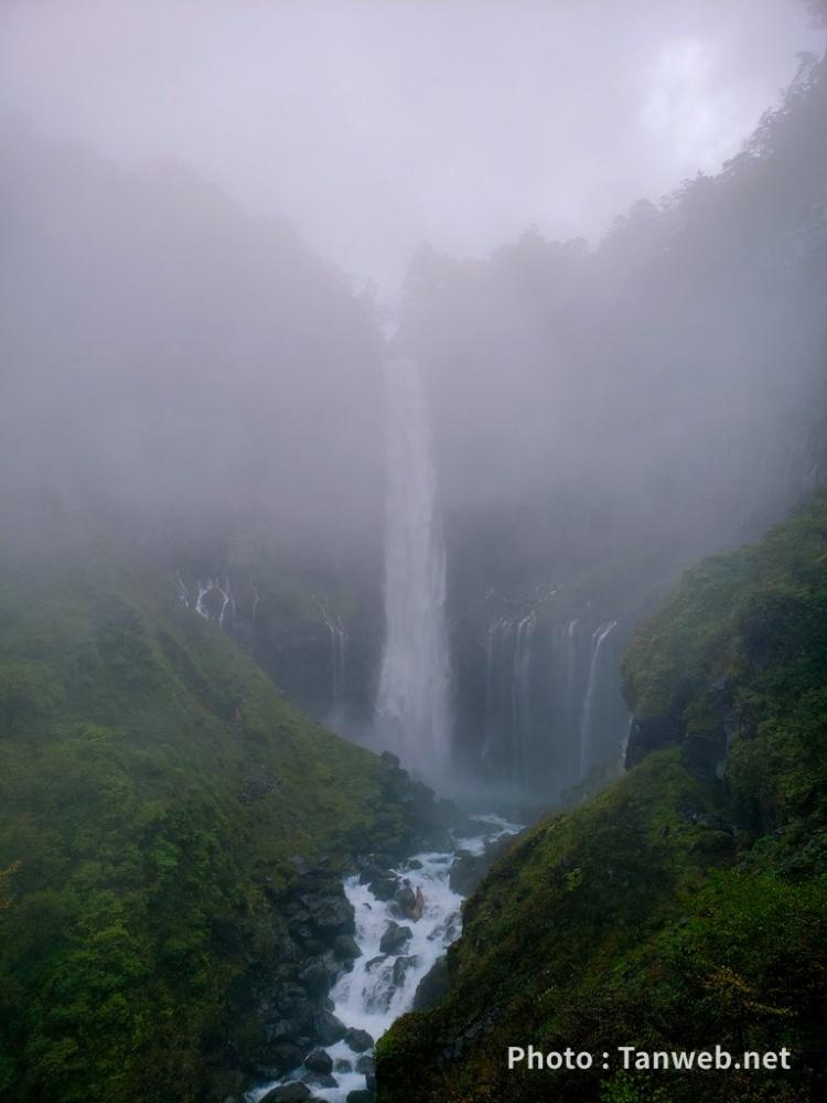 霧に浮かぶ華厳の滝