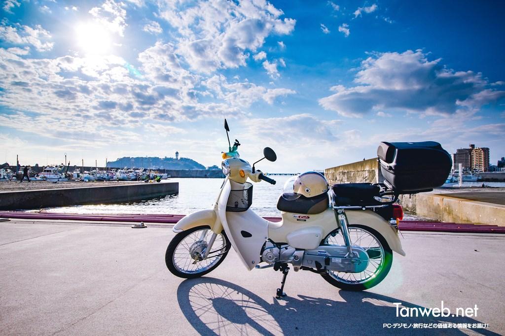 江ノ島とスーパーカブ(腰越漁港)