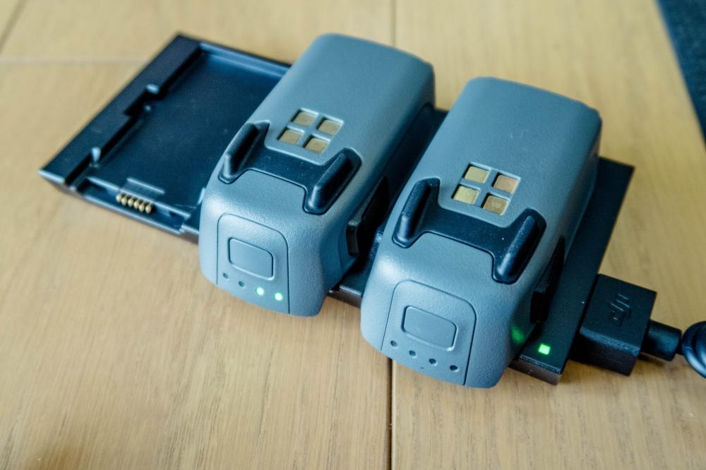 3つ同時充電可能な充電器