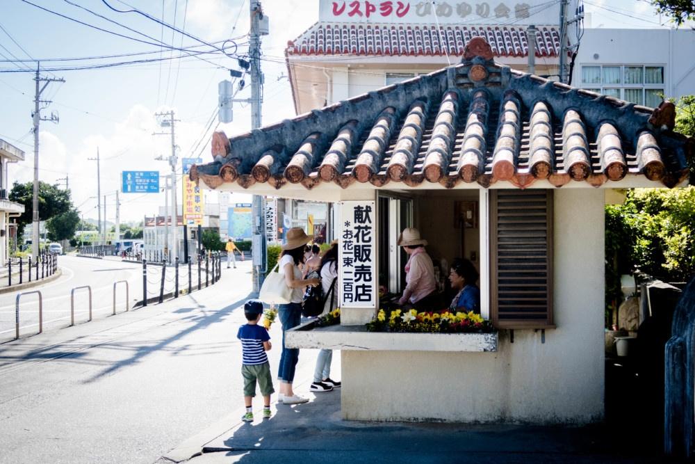ひめゆりの塔への献花販売所