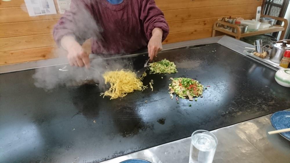 慣れた手付きげ富士宮やきそばを作るおばちゃん