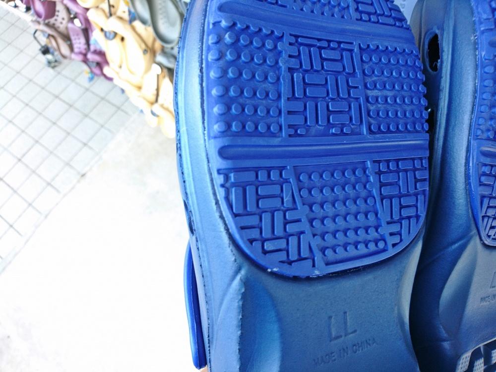 なんちゃってクロックスの靴底部分は後から貼り付けた?