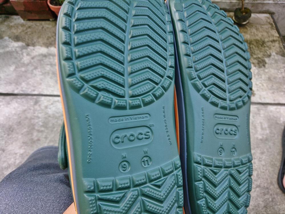 正規のクロックスサンダルの靴底はしっかり一体化して丁寧な作り