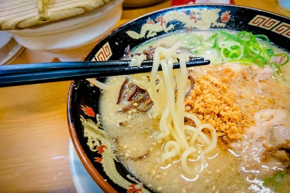 鹿児島とんこつラーメンの麺は中太麺
