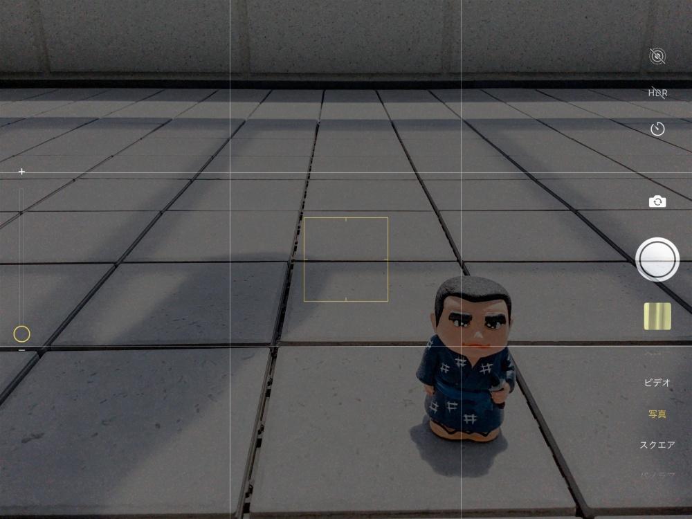 グリッドが表示されたiPhoneカメラ画面