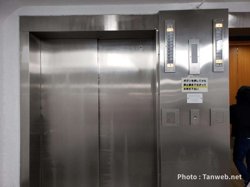華厳の滝まででっかいエレベーターに乗る