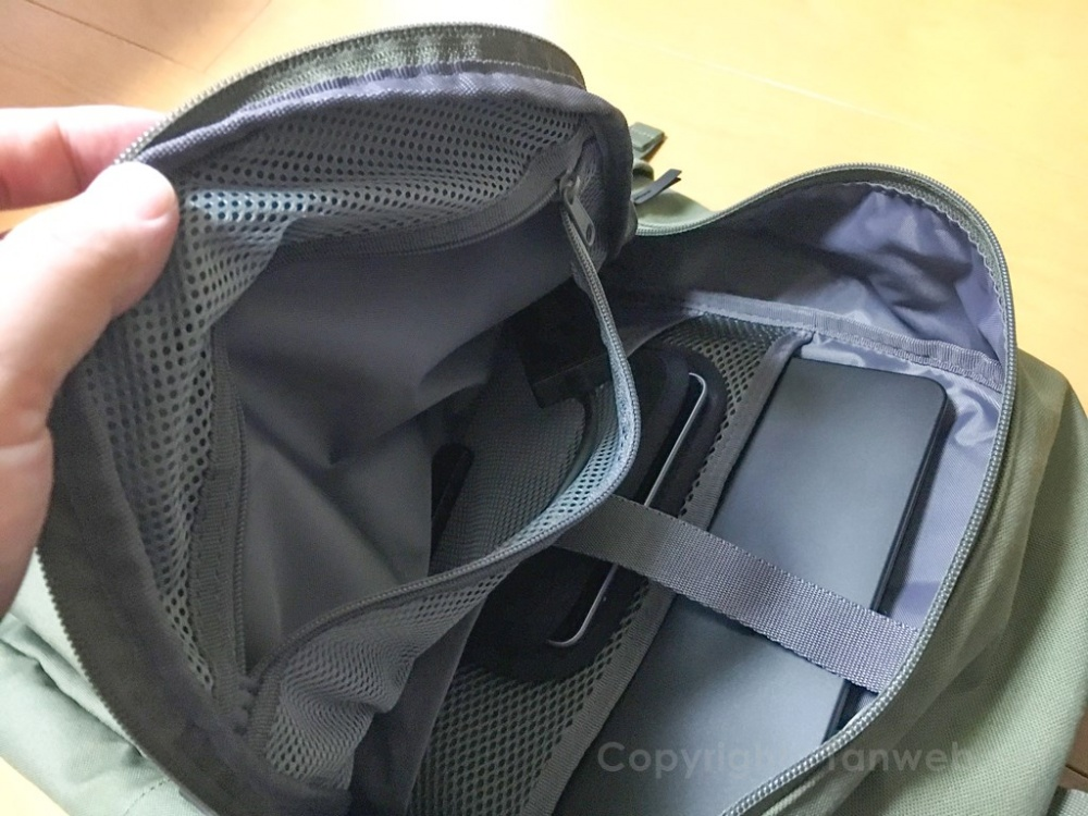 ユニクロバックパック(リュック)大ポケット内のメッシュポケット