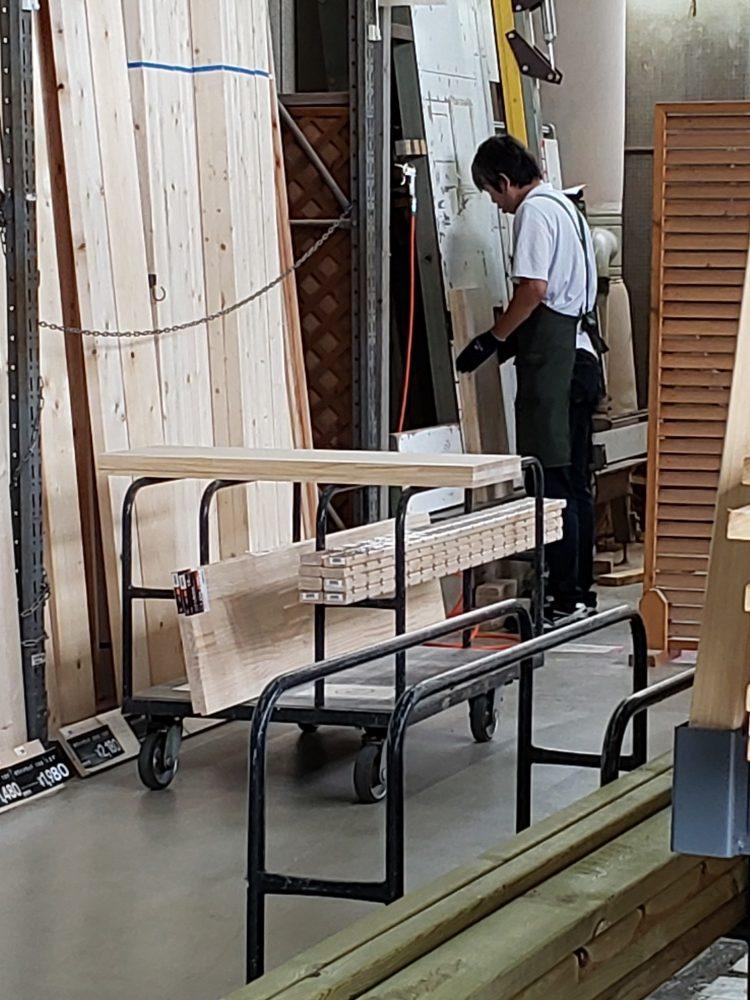 ホームセンターで木材カットをお願いしました