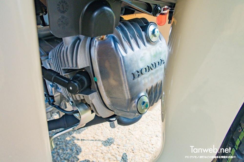 JA44 レッグシールドの内側にエンジン