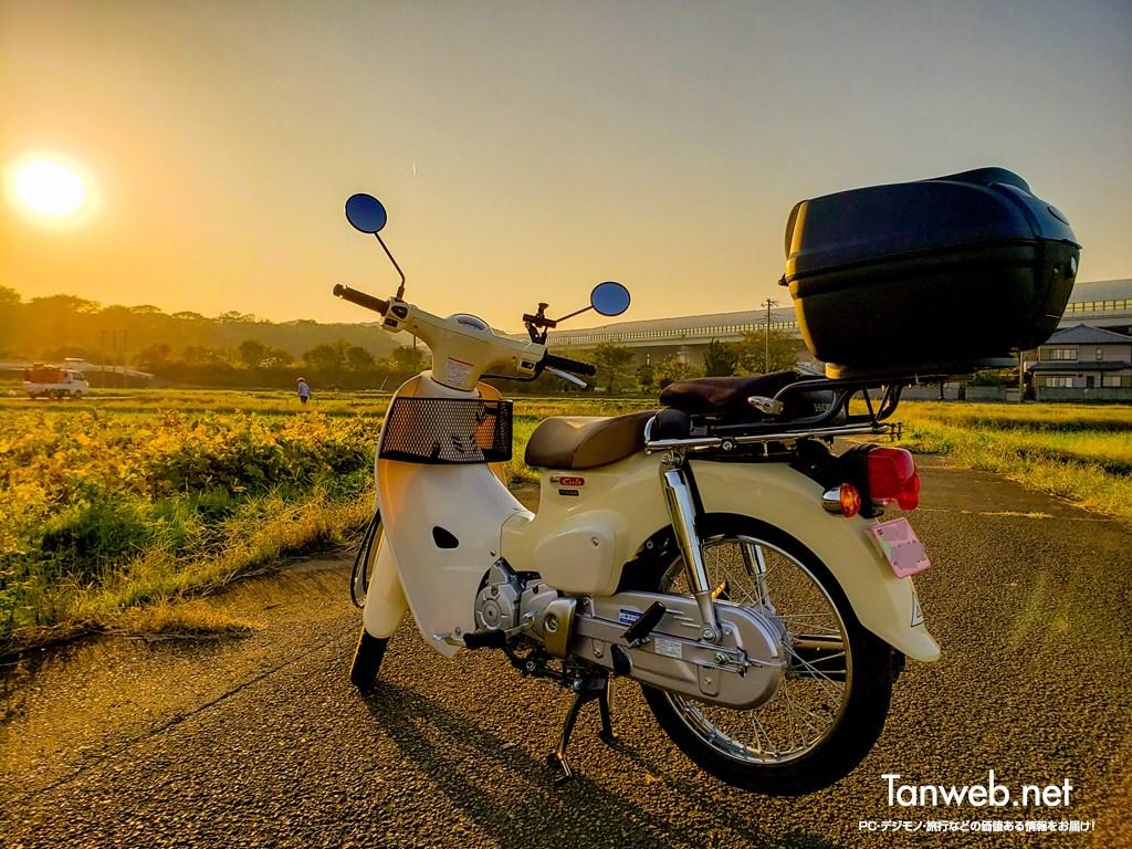 田舎道と夕焼けとスーパーカブと
