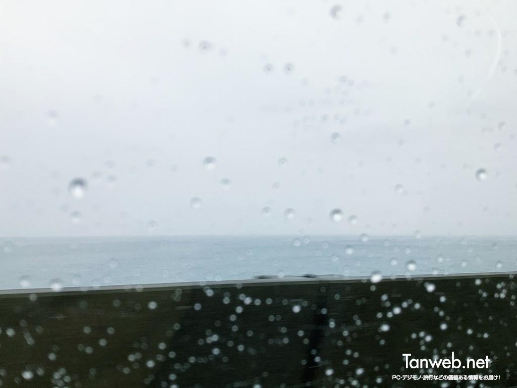 雨降り、伊東の海沿い