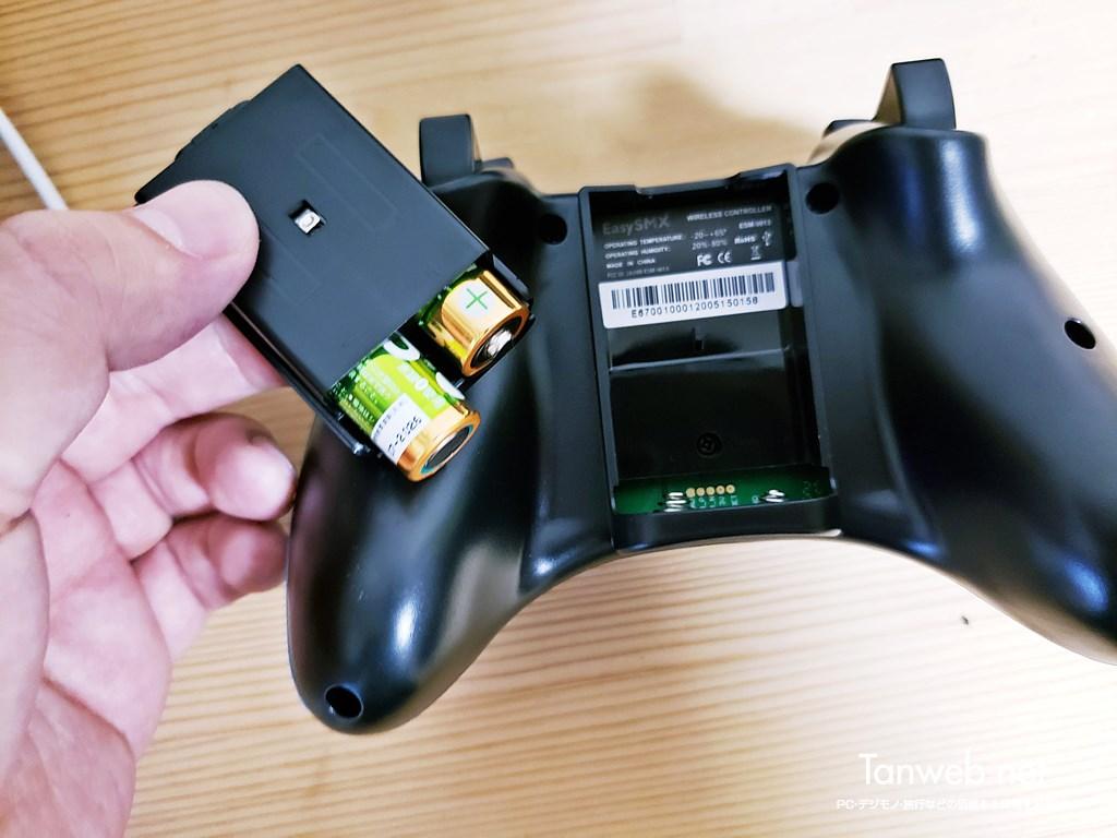 EasySMX ESM コントローラーの背面の乾電池を入れる部分