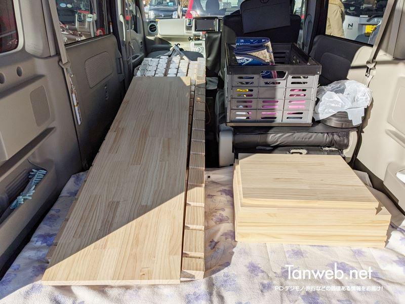 購入木材を車に積み込む
