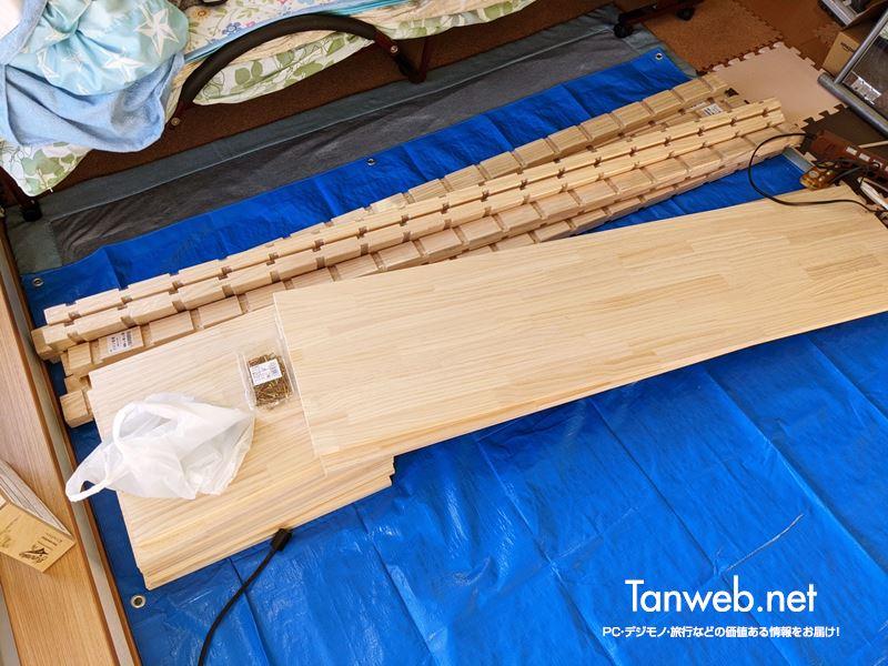 ブルーシートを敷いて木材を準備